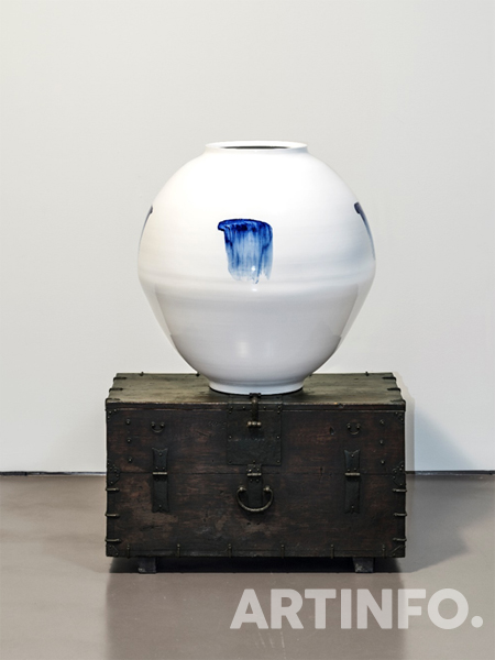 박영숙,이우환, 'Moon Jar'. Porcelain, painted and glazed, 80(h)x78cm / Mouth 33.5 (dia) cm/Base 31 (dia) cm, 2018.(사진=갤러리현대)