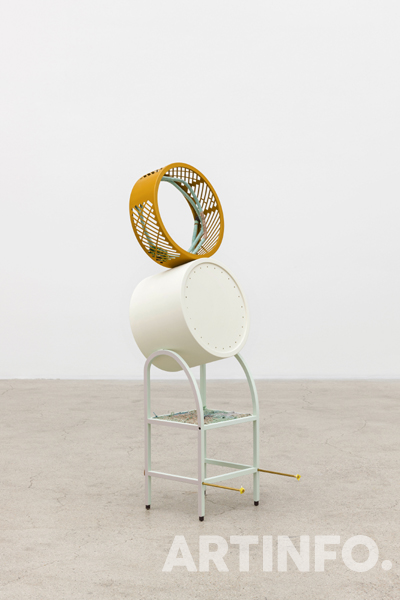 강서경, 'GRANDMOTHER TOWER — tow #19-03'. 2013–2019. Thread on painted steel, aluminum wire, brass bolts, leather scraps, wheel, 34 x 47 x 117 cm.(사진=안천호, 제공=국제갤러리)